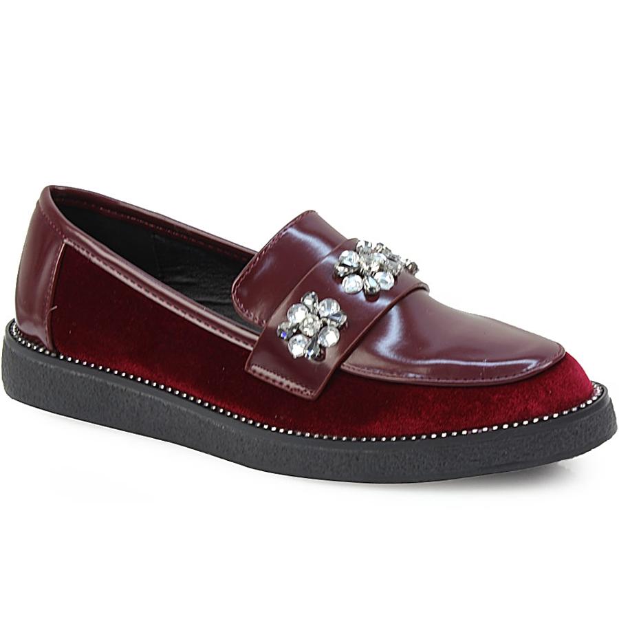 Γυναικεία loafers με λεπτομέρεια λουστρίνι και strass Μπορντώ