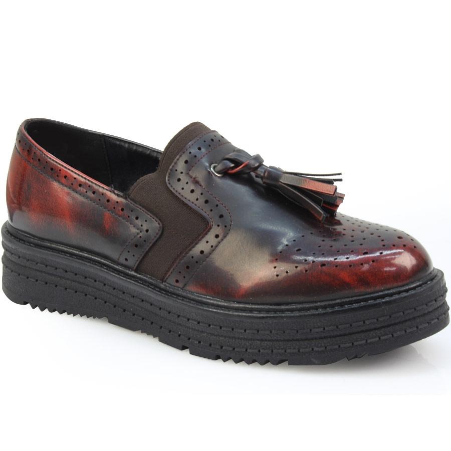 Γυναικεία loafers με περφορέ σχέδιο και κρόσσια Μπορντώ