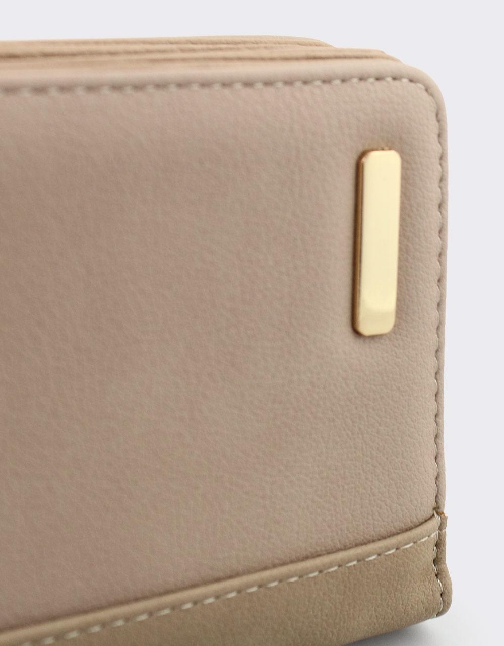 Εικόνα από Γυναικεία πορτοφόλια με λεπτομέρεια από ραφή Πούρο