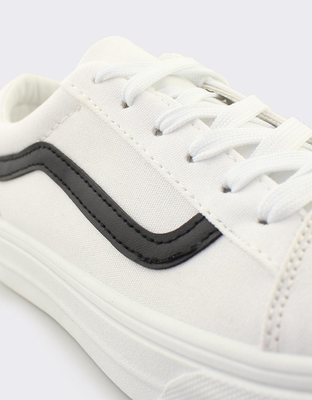 Εικόνα από Γυναικεία sneakers με δίχρωμη λεπτομέρεια Λευκό