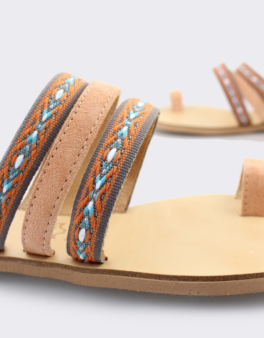 Εικόνα από Γυναικεία δερμάτινα σανδάλια με πολύχρωμο σχέδιο Σομόν