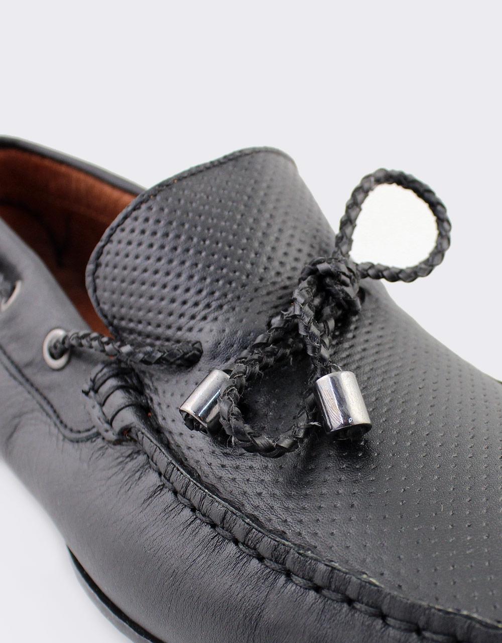 Εικόνα από Ανδρικά δερμάτινα loafers με διακοσμητικά κορδόνια Μαύρο