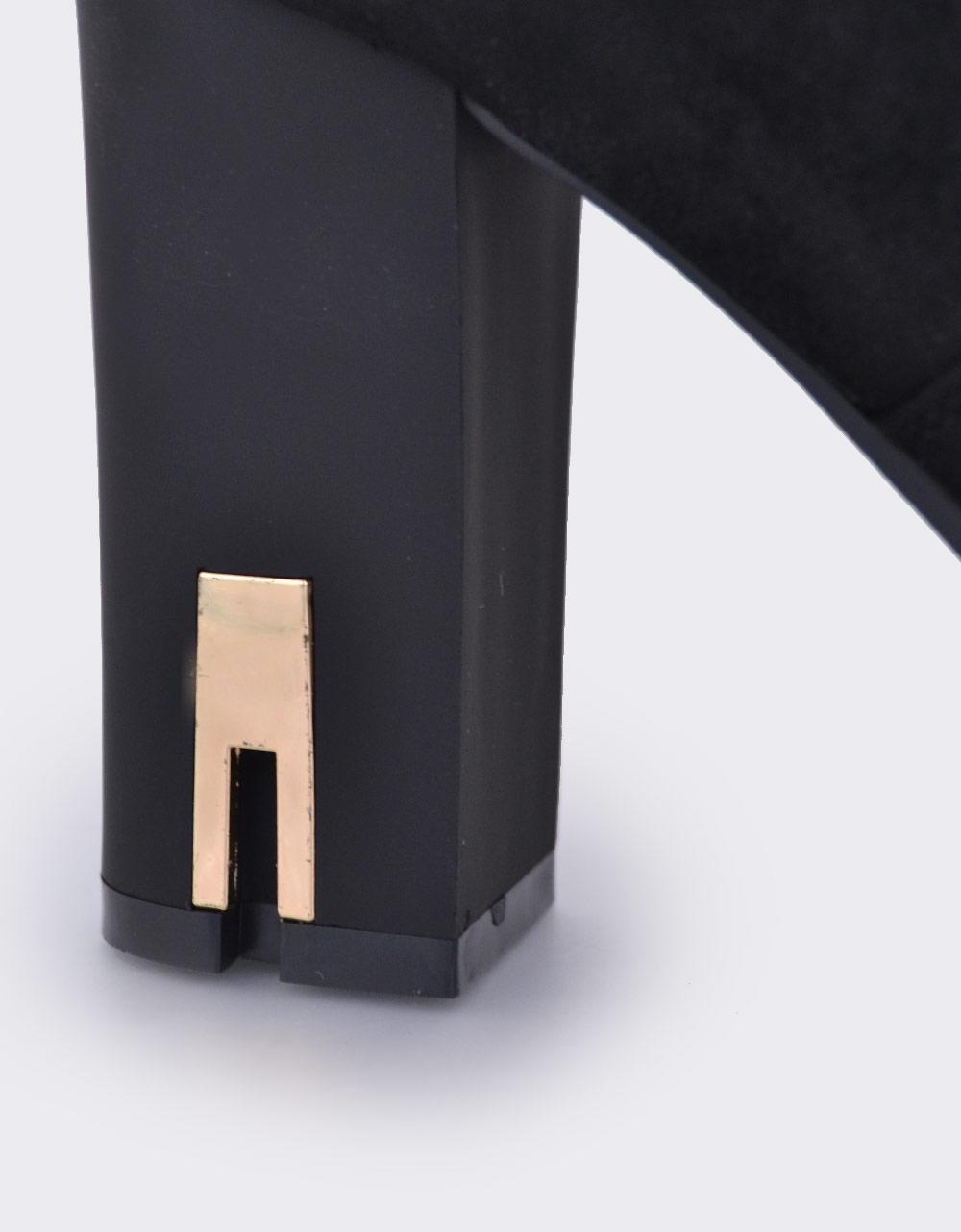 Εικόνα από Γυναικεία μποτάκια με διακοσμητικό στο τακούνι Μαύρο
