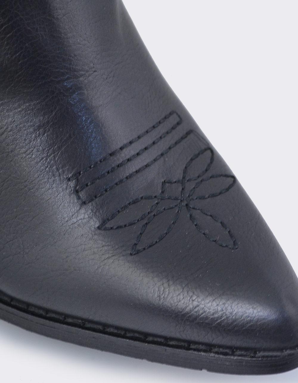 Εικόνα από Γυναικεία μποτάκια με διακοσμητική ραφή Μαύρο