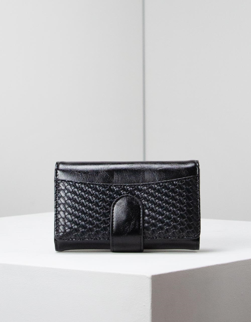 Εικόνα από Γυναικεία πορτοφόλια με ανάγλυφη λεπτομέρεια Μαύρο