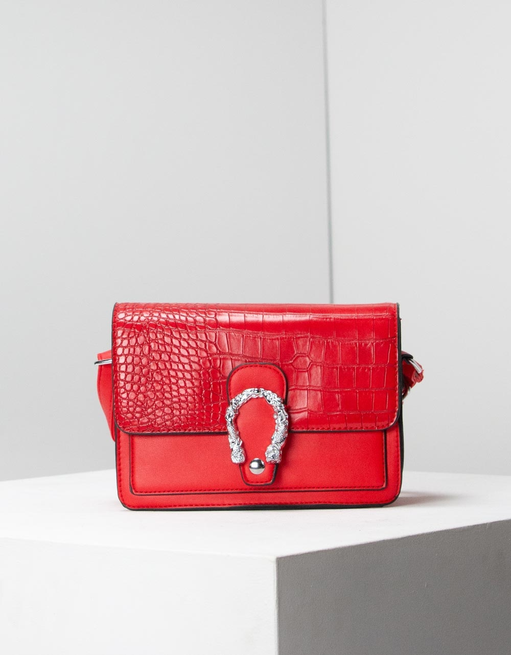 Εικόνα από Γυναικεία τσάντα χειρός με κροκό μοτίβο και μεταλλικό διακοσμητικό Κόκκινο