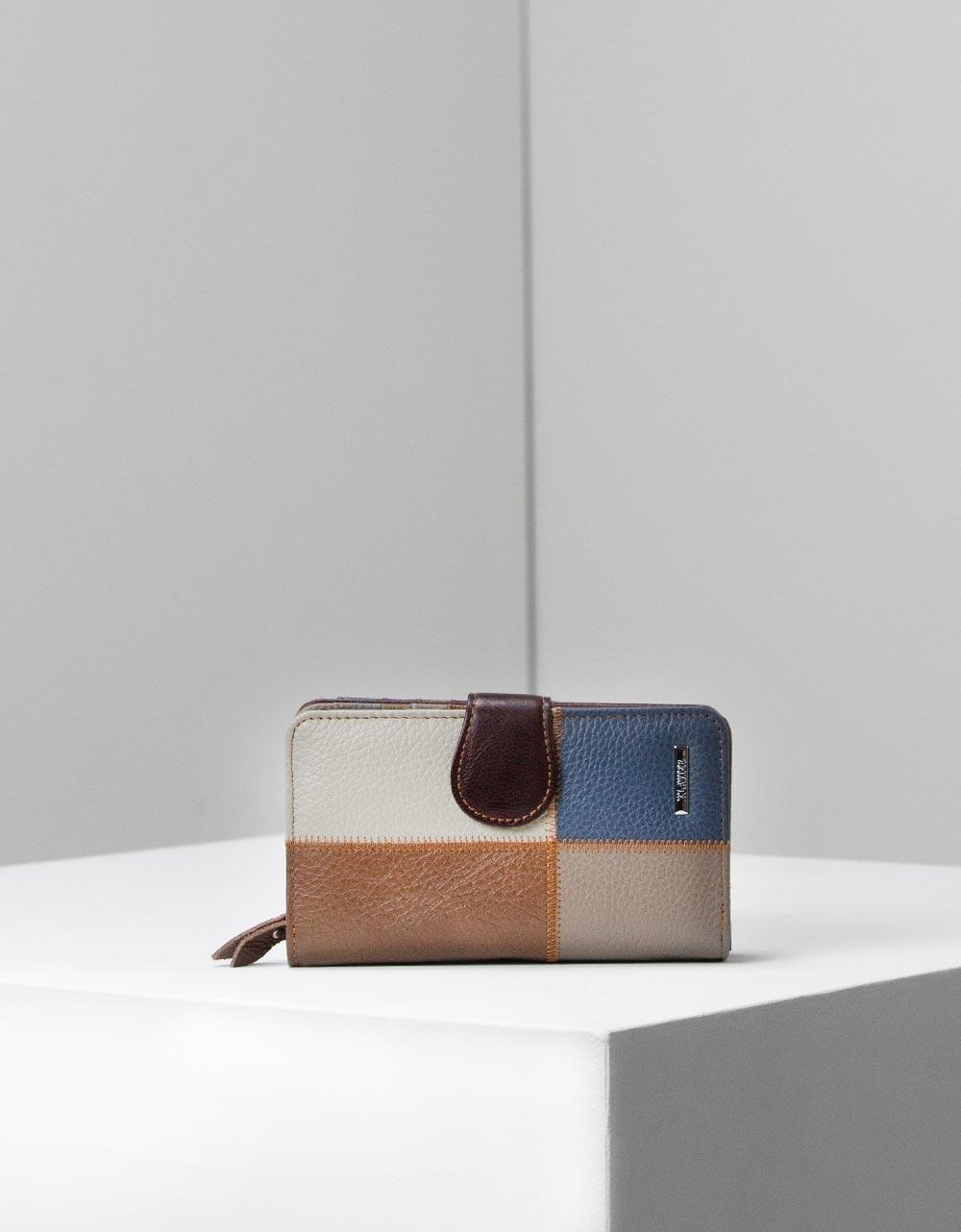 Εικόνα από Γυναικεία δερμάτινα πορτοφόλια με λεπτομέρειες Καφέ