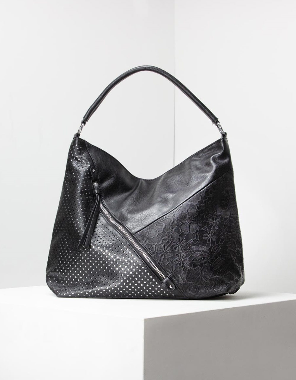 Εικόνα από Γυναικεία τσάντα ώμου με ανάγλυφες λεπτομέρειες Μαύρο