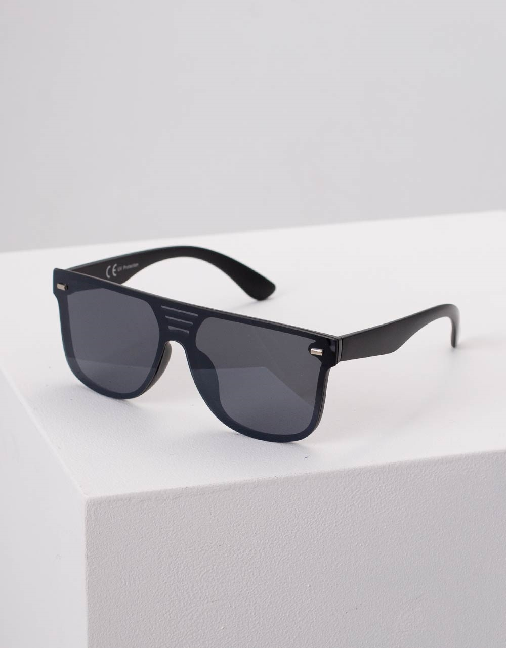 Εικόνα από Γυναικεία γυαλιά ηλίου με λεπτομέρεια Μαύρο