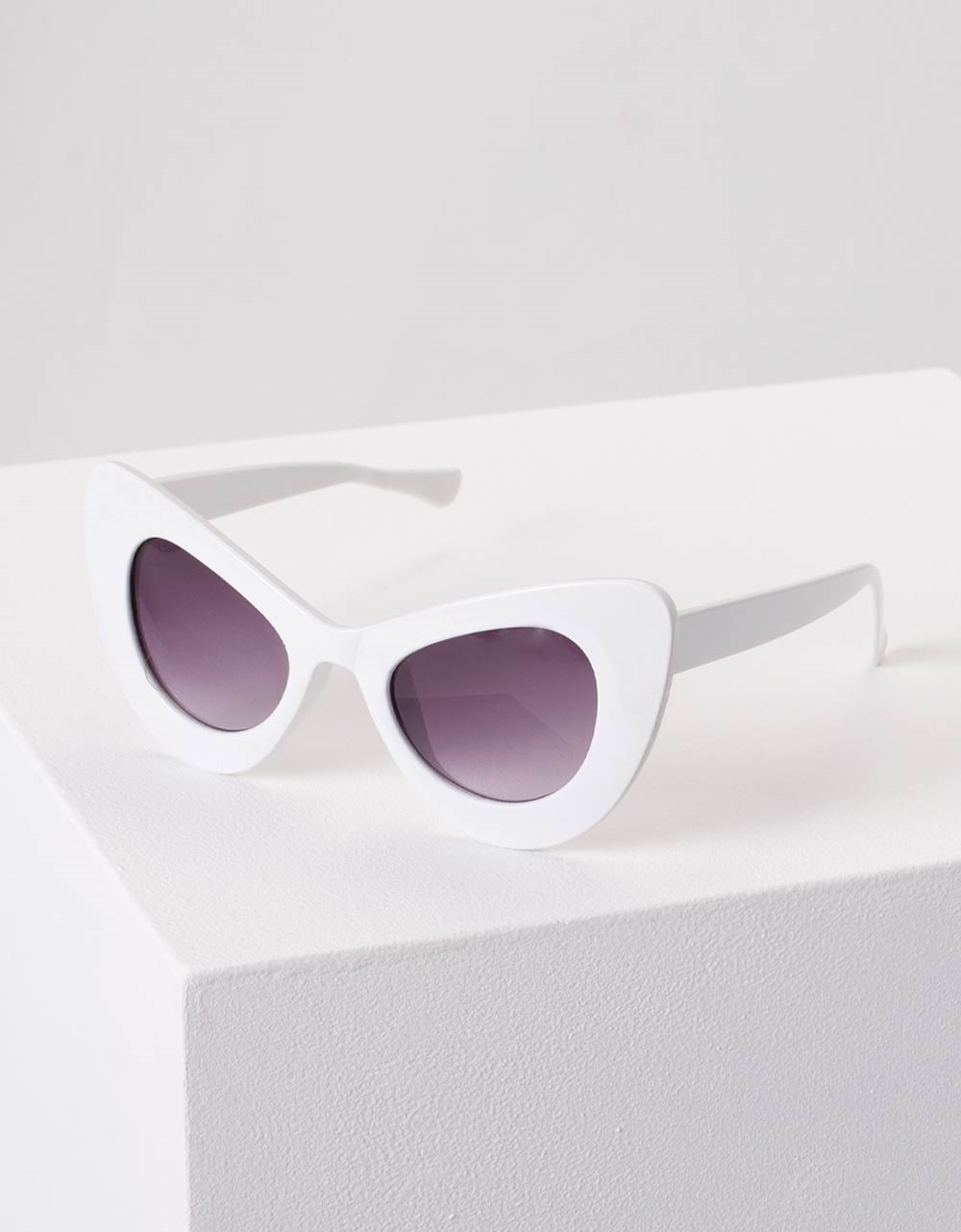 Εικόνα από Γυναικεία γυαλιά ηλίου με γωνίες Λευκό