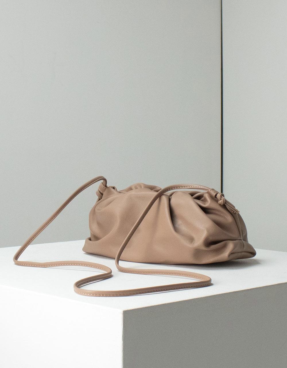 Εικόνα από Γυναικεία τσάντα ώμου μονόχρωμη με αλυσιδάκι Πούρο