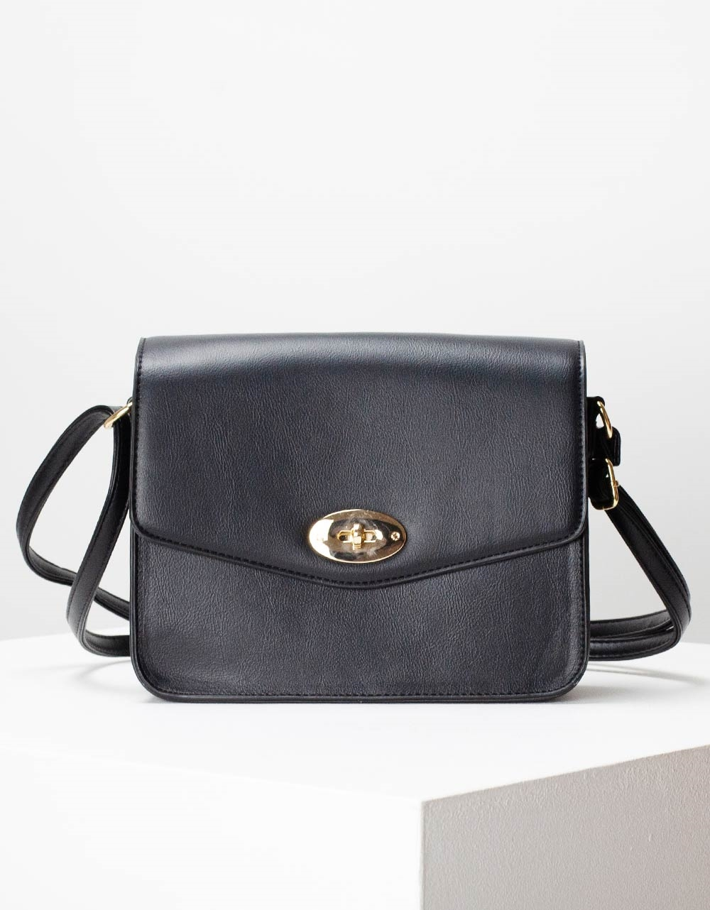 Εικόνα από Γυναικεία τσάντα ώμου μονόχρωμη Μαύρο