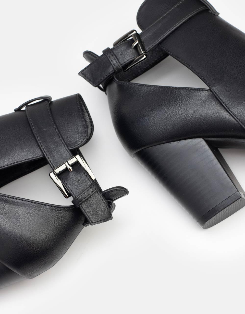 Εικόνα από Γυναικεία μποτάκια με διακοσμητικό λουράκι στο πλαϊνό μέρος Μαύρο