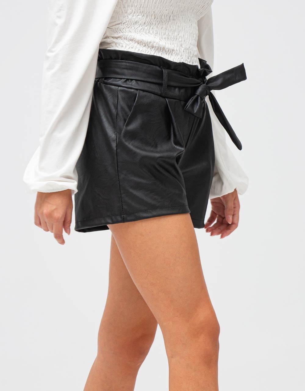 Εικόνα από Γυναικείο σορτς ψηλόμεσο με ζωνάκι Μαύρο