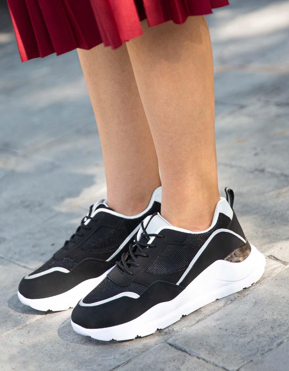 Εικόνα από Γυναικεία sneakers με μεταλλιζέ λεπτομέρεια Μαύρο