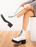 Εικόνα από  Γυναικεία μποτάκια μονόχρωμα σε απλή γραμμή Λευκό
