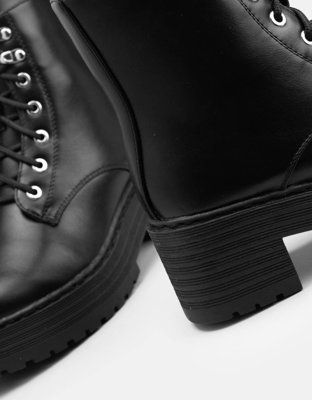 Εικόνα από  Γυναικεία μποτάκια μονόχρωμα σε απλή γραμμή Μαύρο