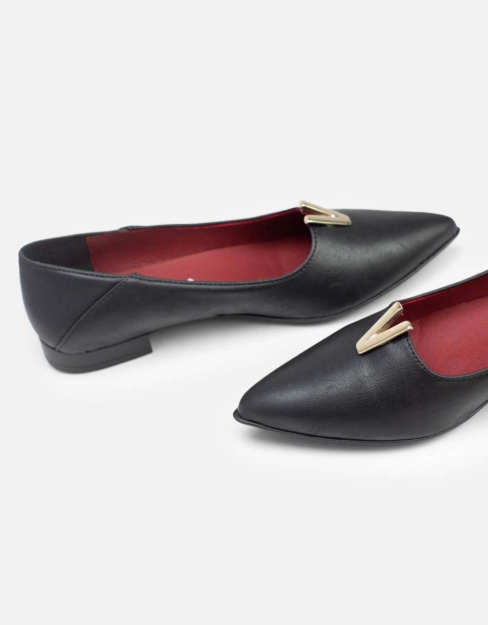 Εικόνα από Γυναικεία loafers φλατ μυτερά με V αγκράφα Μαύρο
