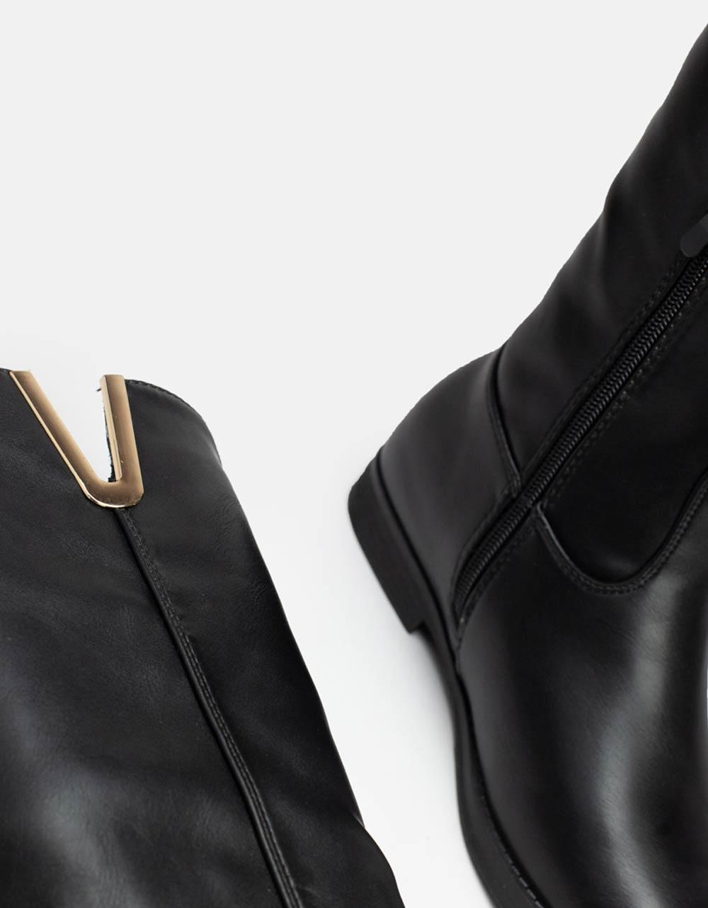 Εικόνα από Γυναικείες μπότες μονόχρωμες με διακοσμητικό V στο πλαϊνό μέρος Μαύρο