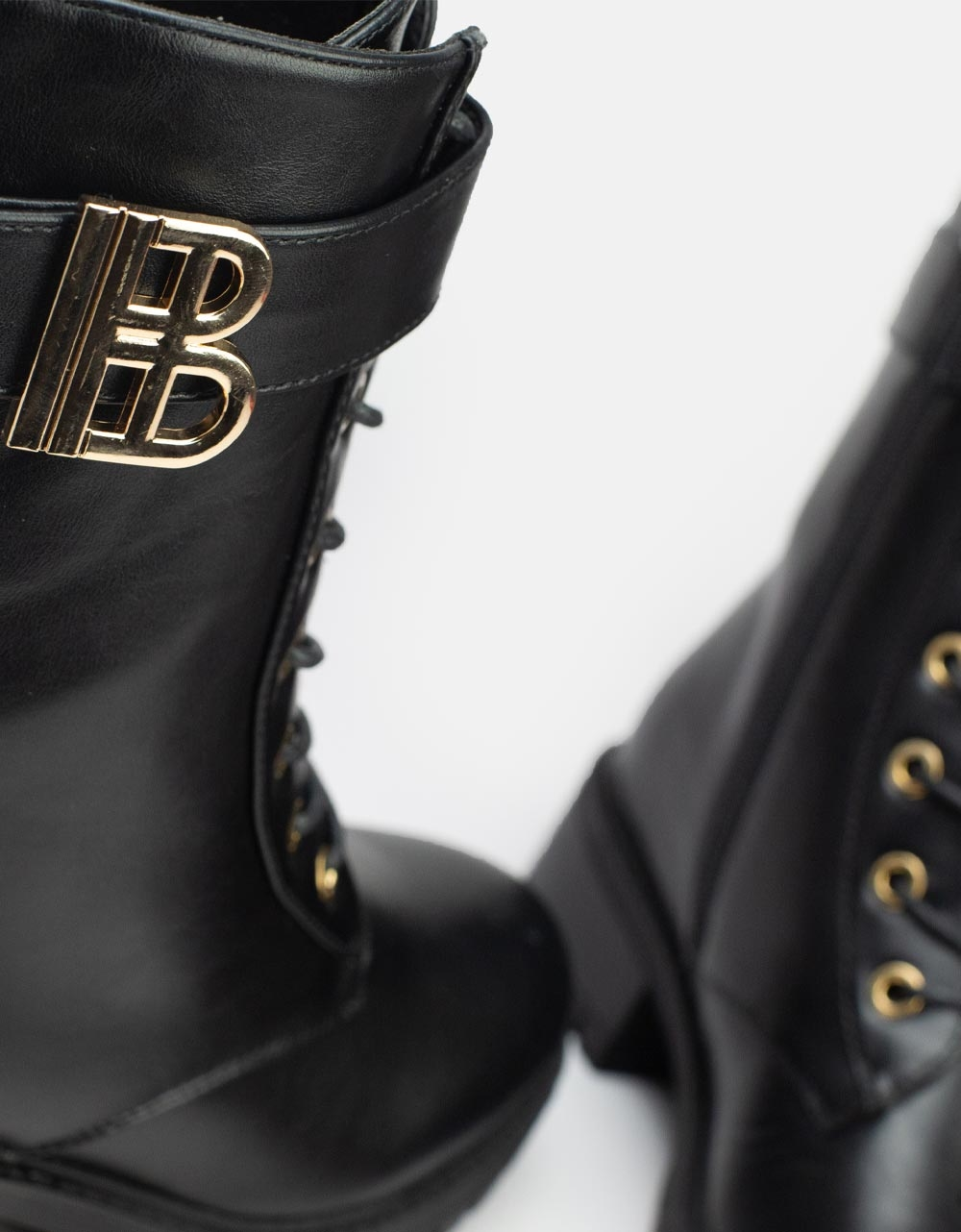 Εικόνα από Γυναικεία μποτάκια με μεταλλική λεπτομέρεια Μαύρο