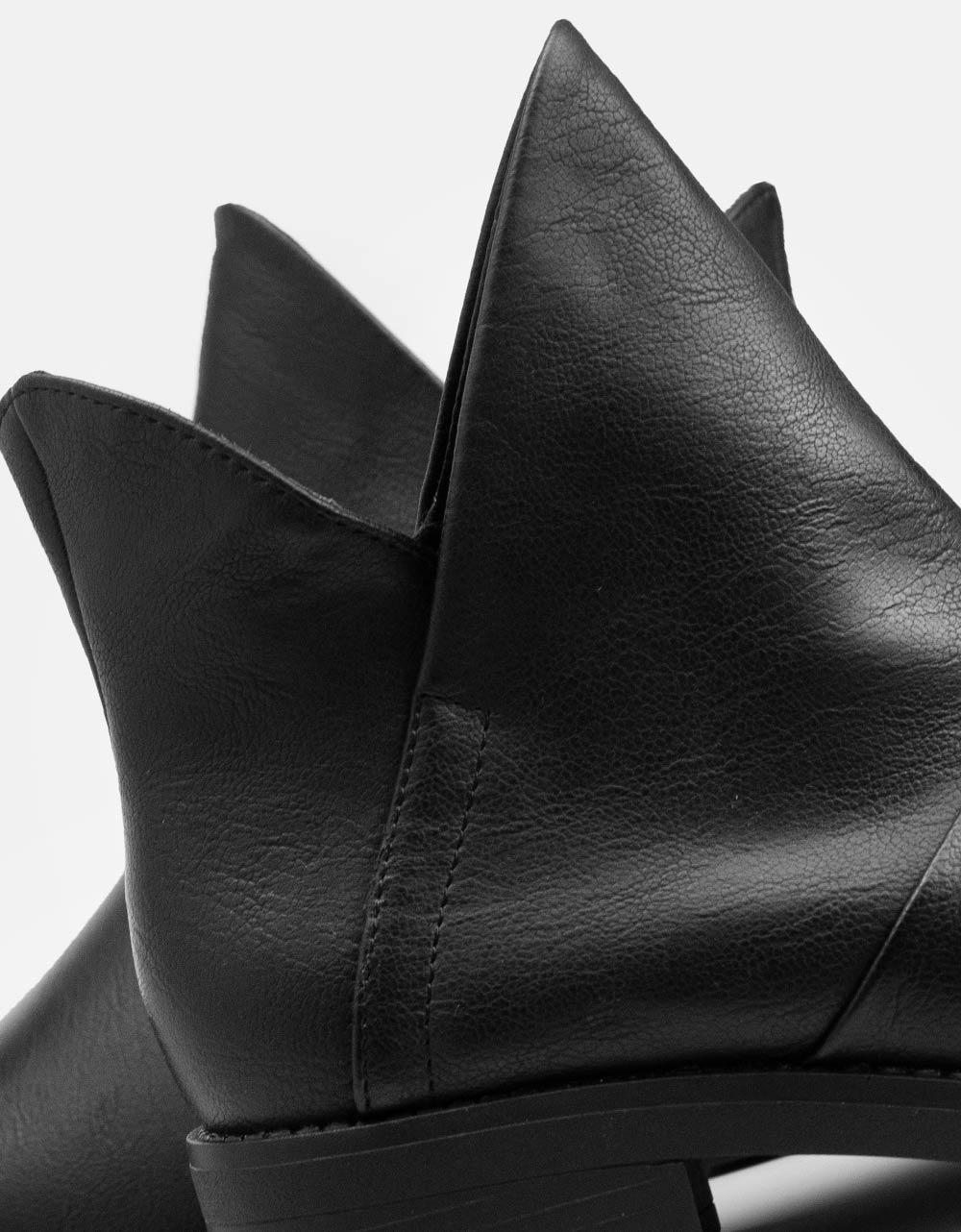 Εικόνα από  Γυναικεία μποτάκια με ιδιαίτερο κόψιμο Μαύρο