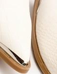 Εικόνα από Γυναικεία μποτάκια με μεταλλική λεπτομέρεια στο μπροστινό μέρος Μπεζ
