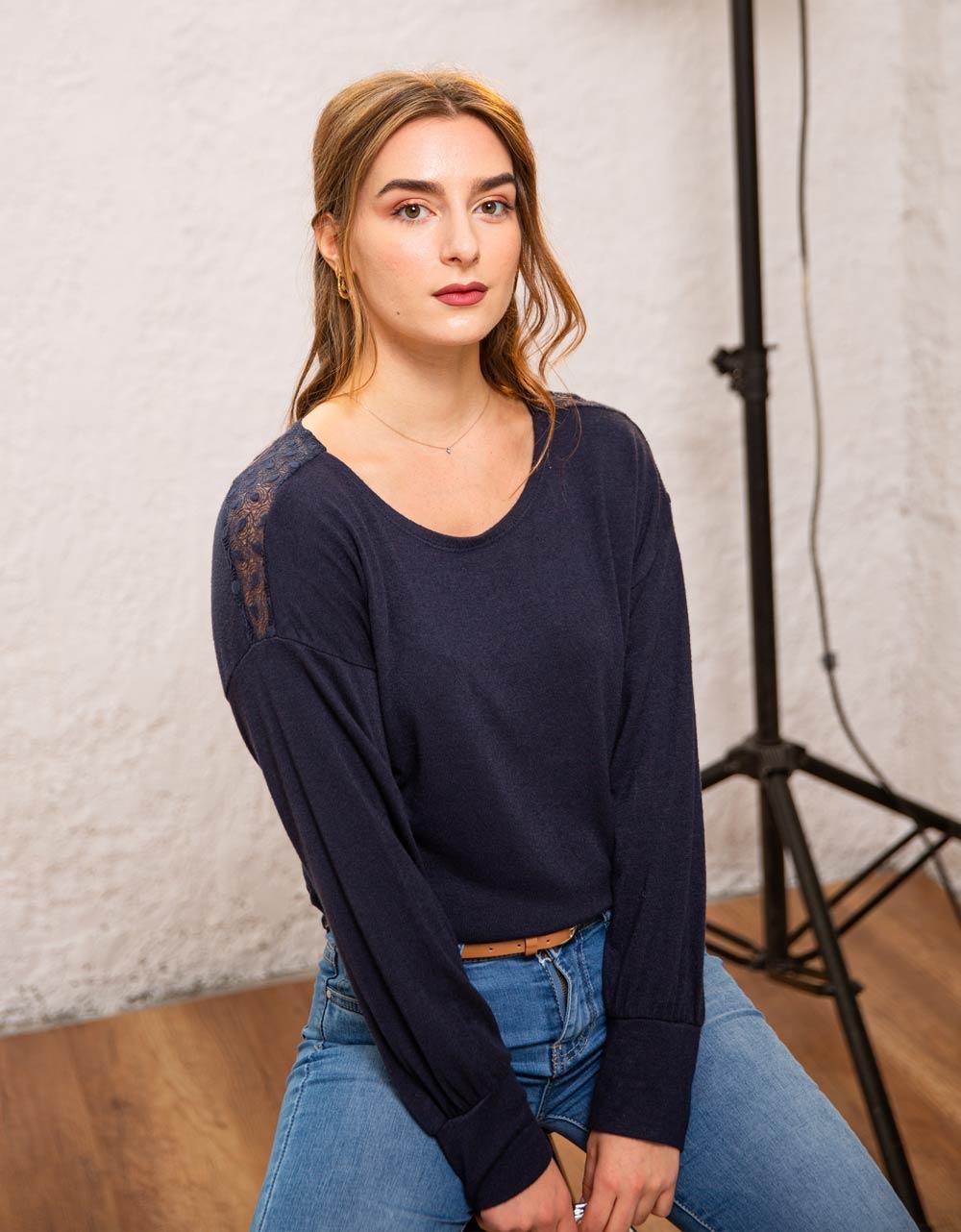 Εικόνα από Γυναικεία μπλούζα με δαντέλα στους ώμους Μπλε