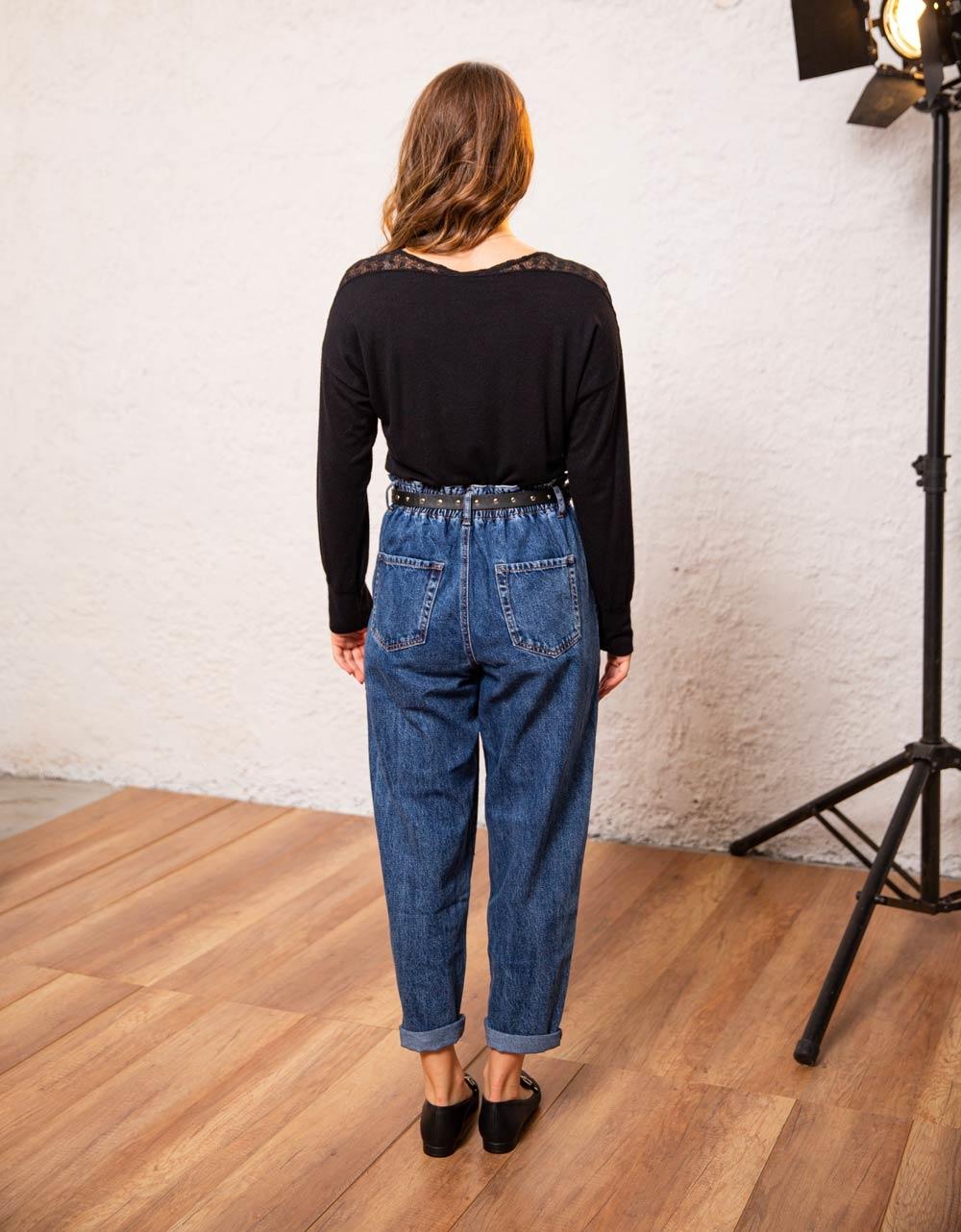 Εικόνα από Γυναικεία μπλούζα με δαντέλα στους ώμους Μαύρο