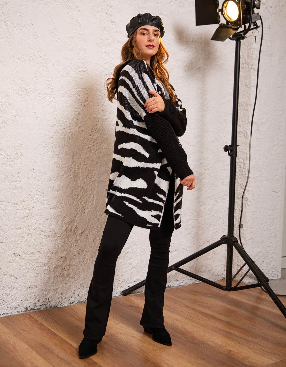 Εικόνα από Γυναικεία ζακέτα πλεκτή με διχρωμές λεπτομέρειες Μαύρο/Λευκό