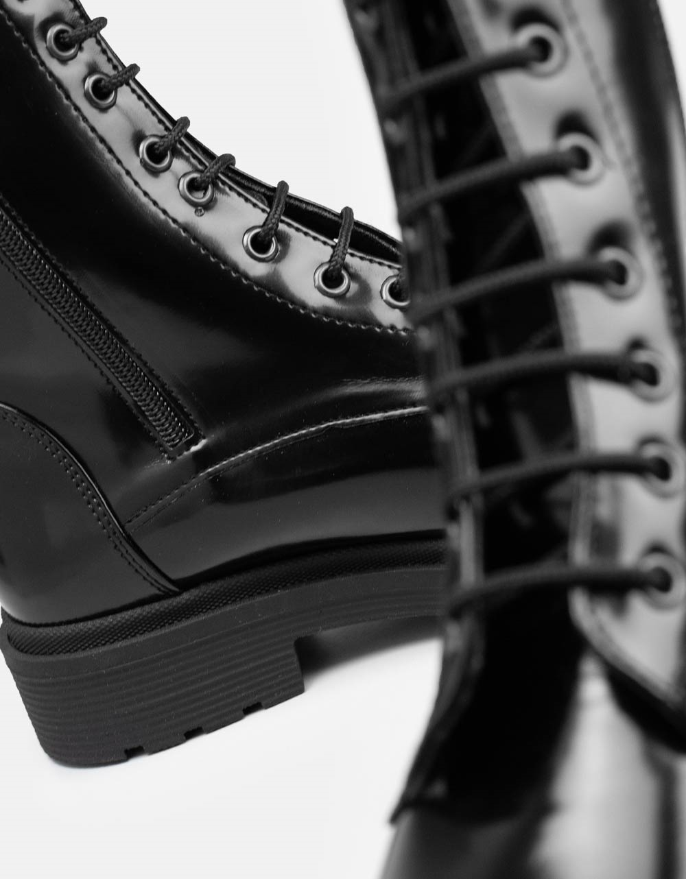 Εικόνα από Γυναικεία μποτάκια σε απλή γραμμή λουστρίνι μονόχρωμα Μαύρο