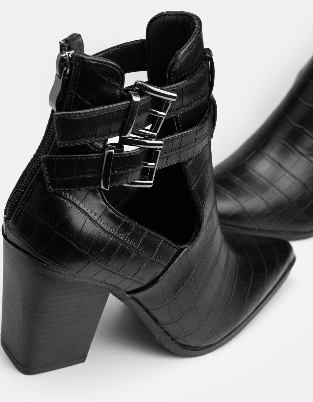 Εικόνα από Γυναικεία μποτάκια με διακοσμητικά λουράκια στο πλαϊνό μέρος Μαύρο