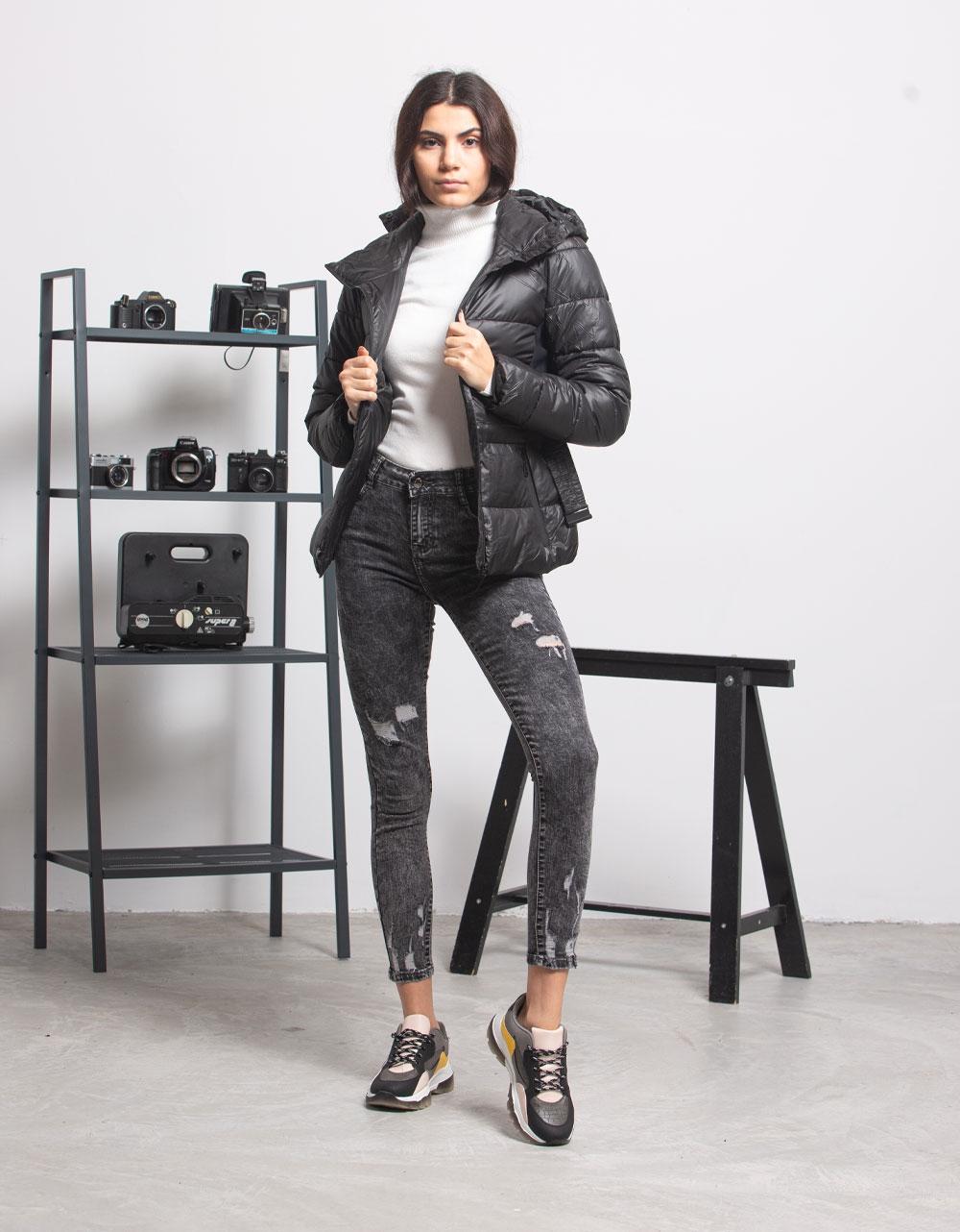 Εικόνα από Γυναικεία μπουφάν φουσκωτό με ζωνάκι Μαύρο