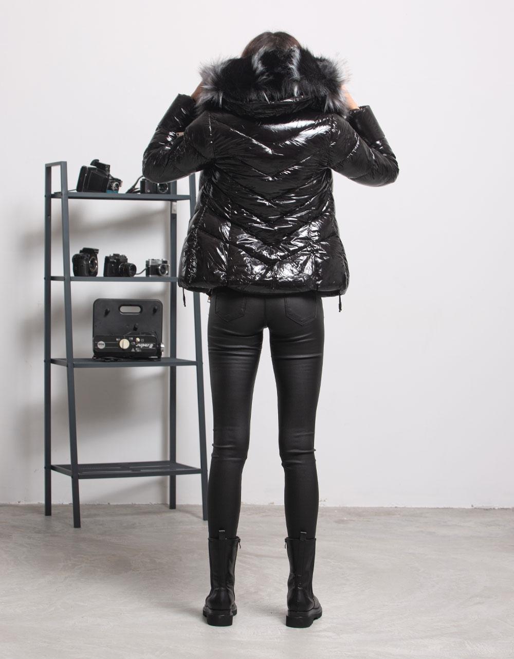 Εικόνα από Γυναικείο μπουφαν γυαλιστερό με αποσπώμενο γουνάκι στην κουκούλα Μαύρο