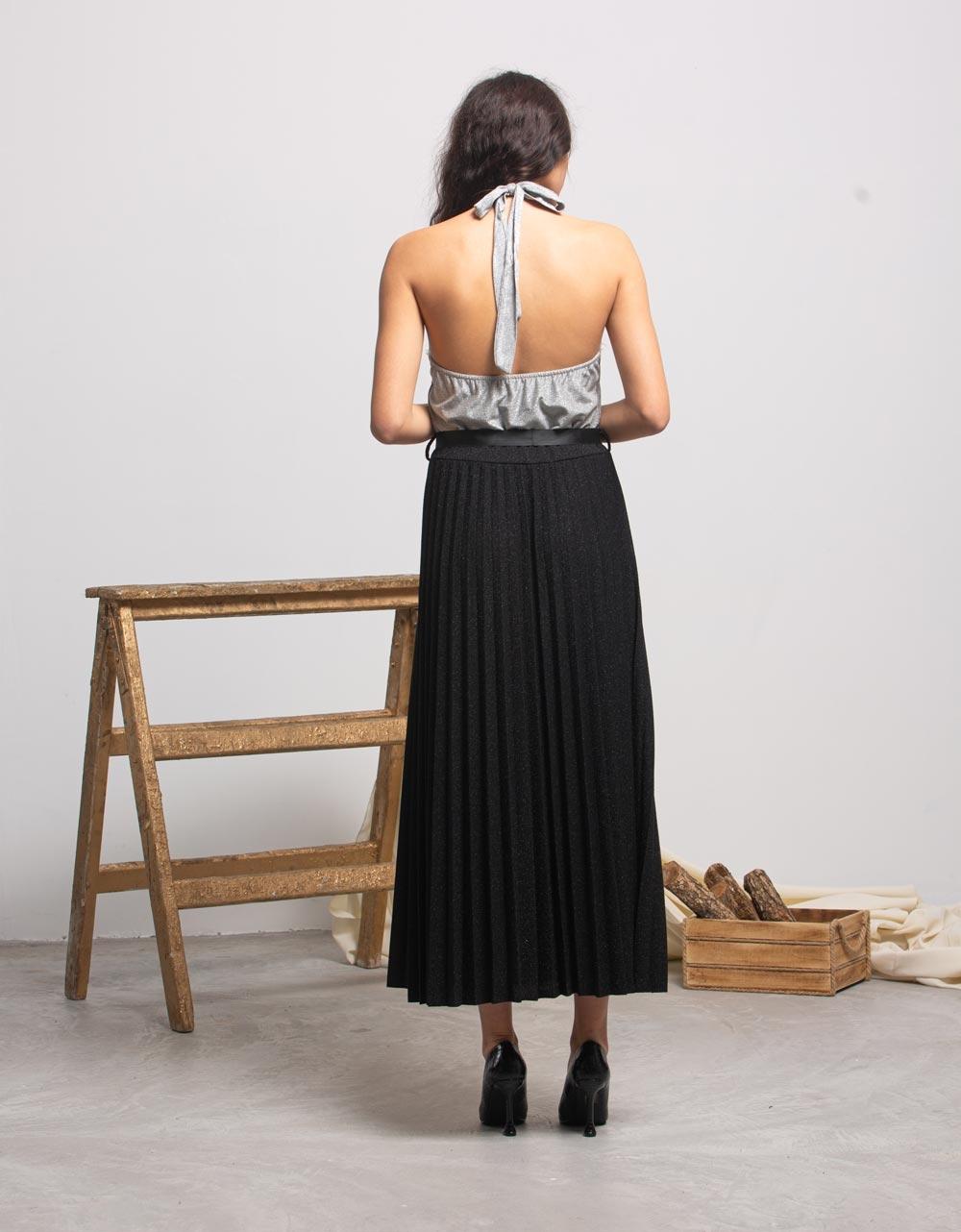 Εικόνα από Γυναικεία μπλούζα με δέσιμο στο λαιμό και άνοιγμα στην πλάτη Ασημί