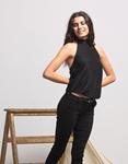 Εικόνα από Γυναικεία μπλούζα με δέσιμο στο λαιμό και άνοιγμα στην πλάτη Μαύρο