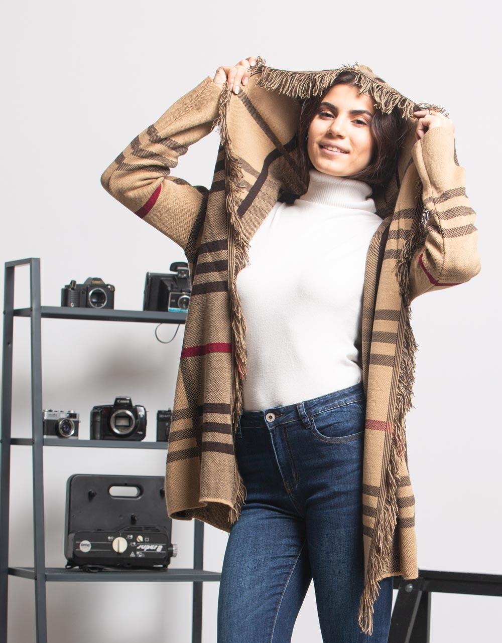 Εικόνα από Γυναικεία ζακέτα καρό με κουκούλα Μπεζ
