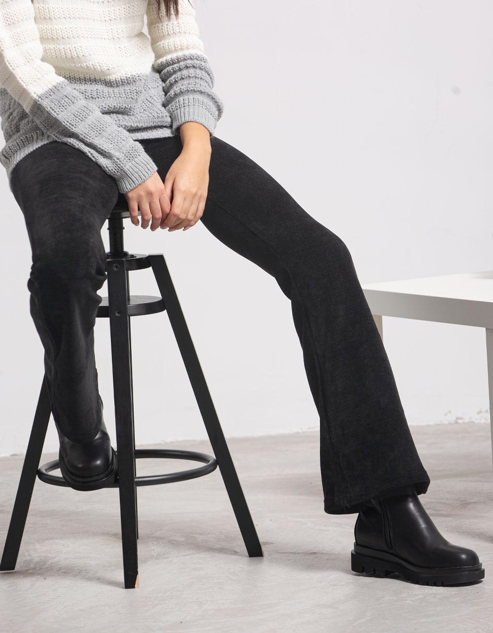 Εικόνα από Γυναικείο παντελόνι με λάστιχο καμπάνα Μαύρο