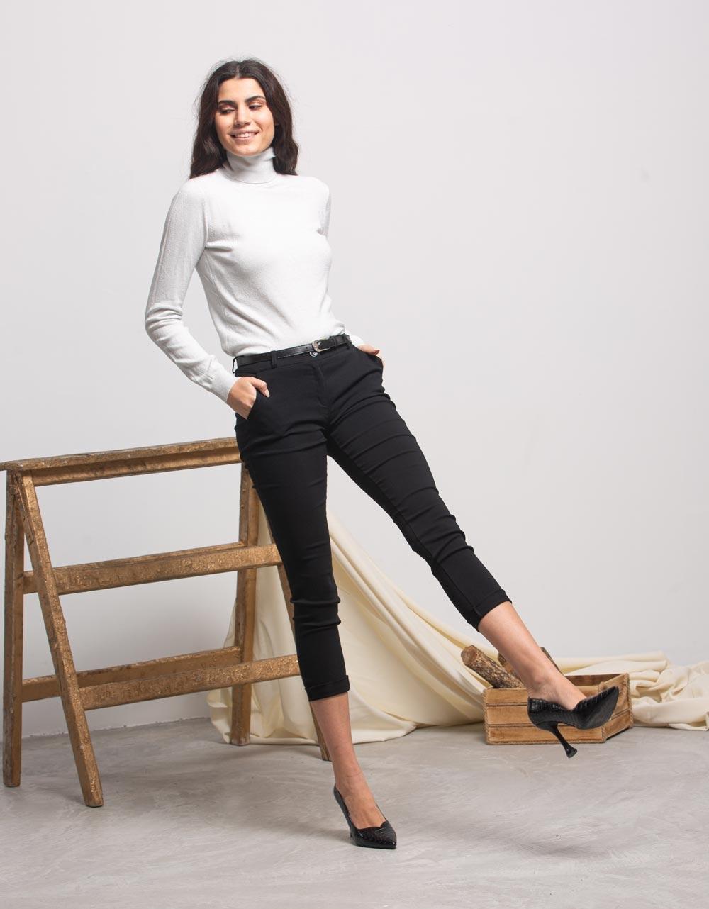Εικόνα από Γυναικείο παντελόνι με τσέπες και ζωνάκι Μαύρο