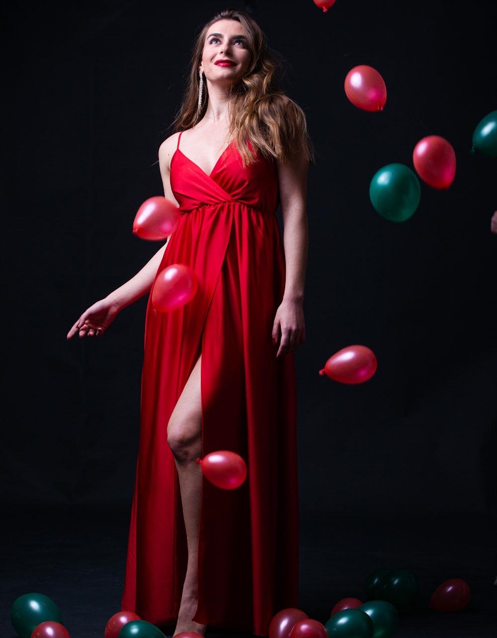 Εικόνα από Γυναικείο φόρεμα σατέν maxi με σκίσιμο Κόκκινο