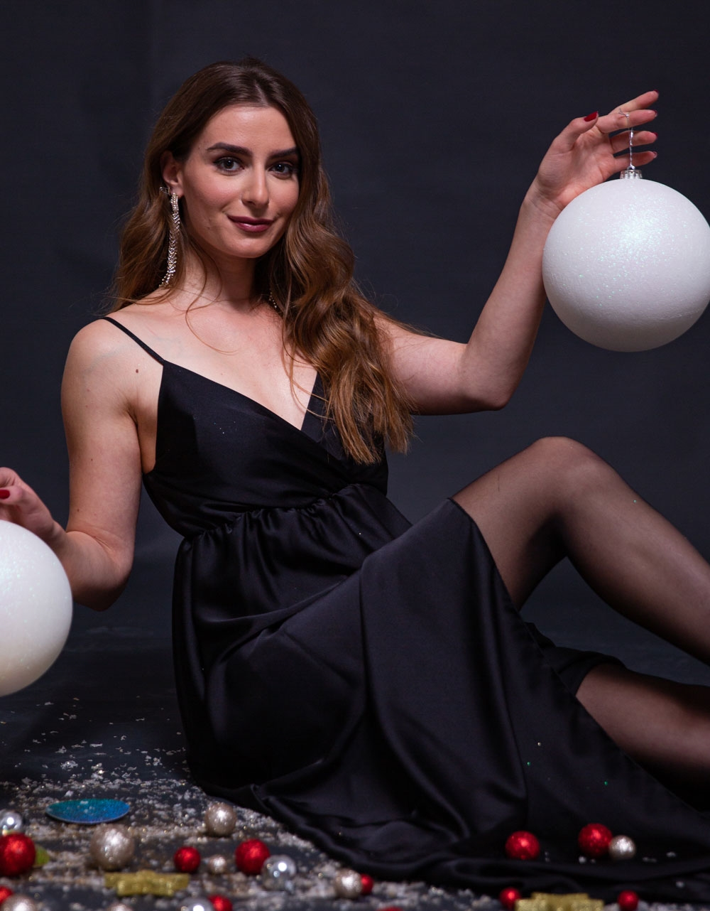 Εικόνα από Γυναικείο φόρεμα σατέν maxi με σκίσιμο Μαύρο