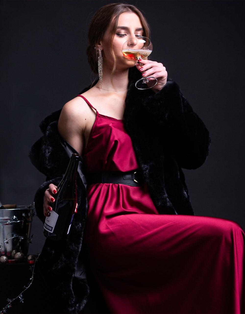 Εικόνα από Γυναικείο φόρεμα σατέν Μπορντώ