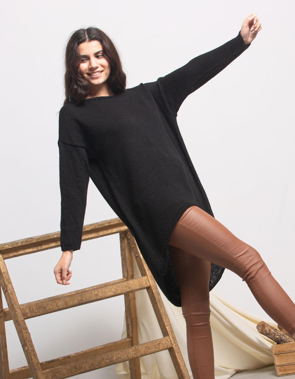 Εικόνα από Γυναικεία μπλούζα με ασύμμετρο σχέδιο Μαύρο
