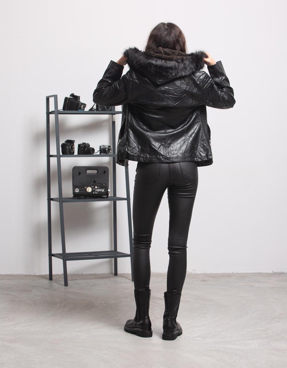 Εικόνα από Γυναικείo μπουφάν με αποσπώμενο γουνάκι στην κουκούλα Μαύρο