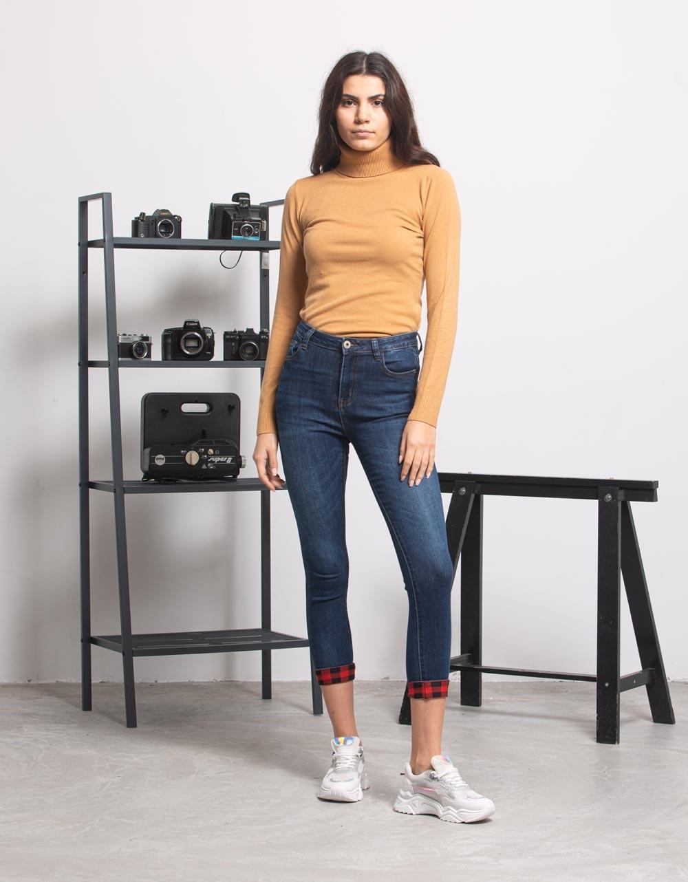 Εικόνα από Γυναικείo παντελόνι με λεπτομέρεια καρό Τζιν