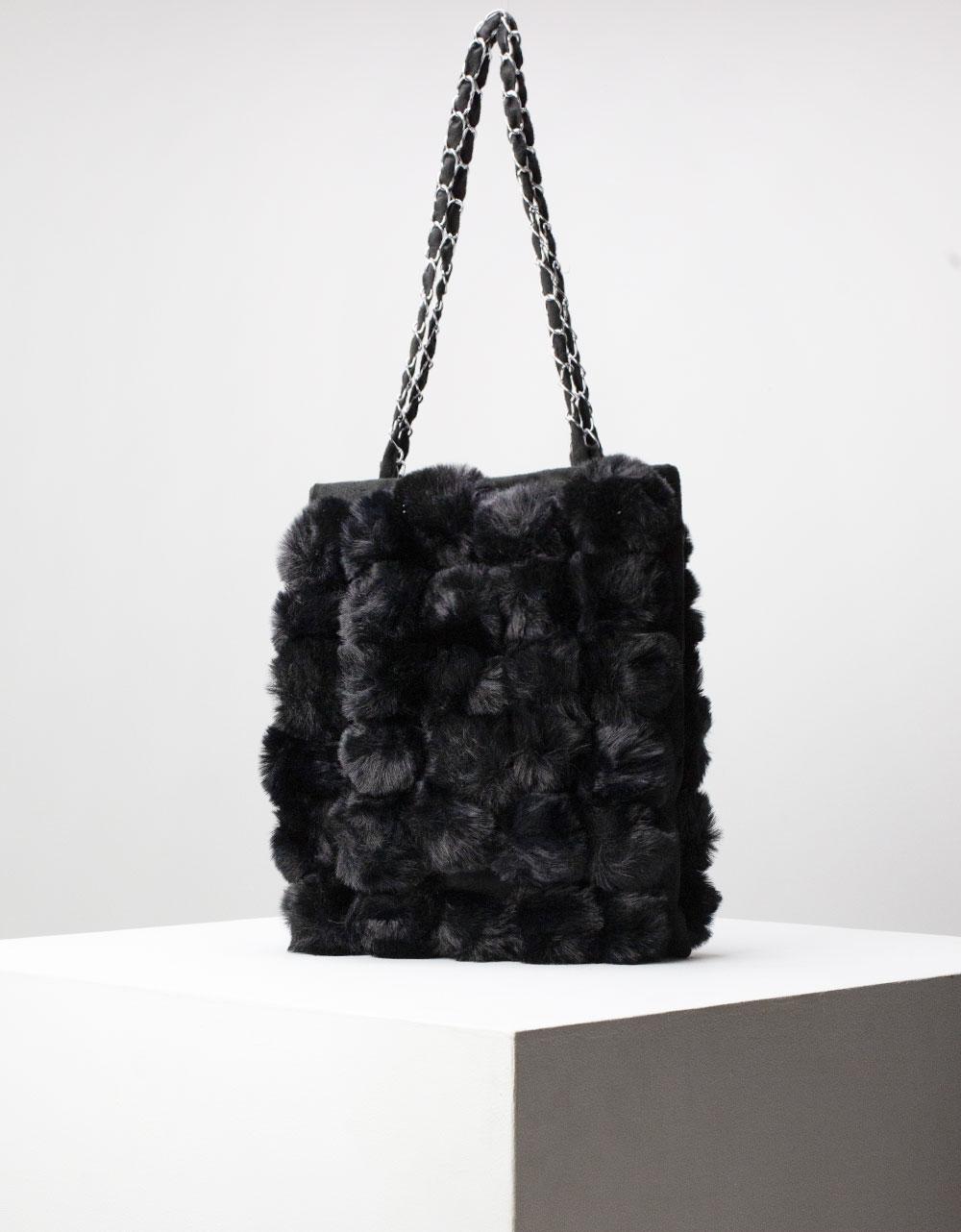 Εικόνα από Γυναικεία τσάντα ώμου με γουνάκι Μαύρο