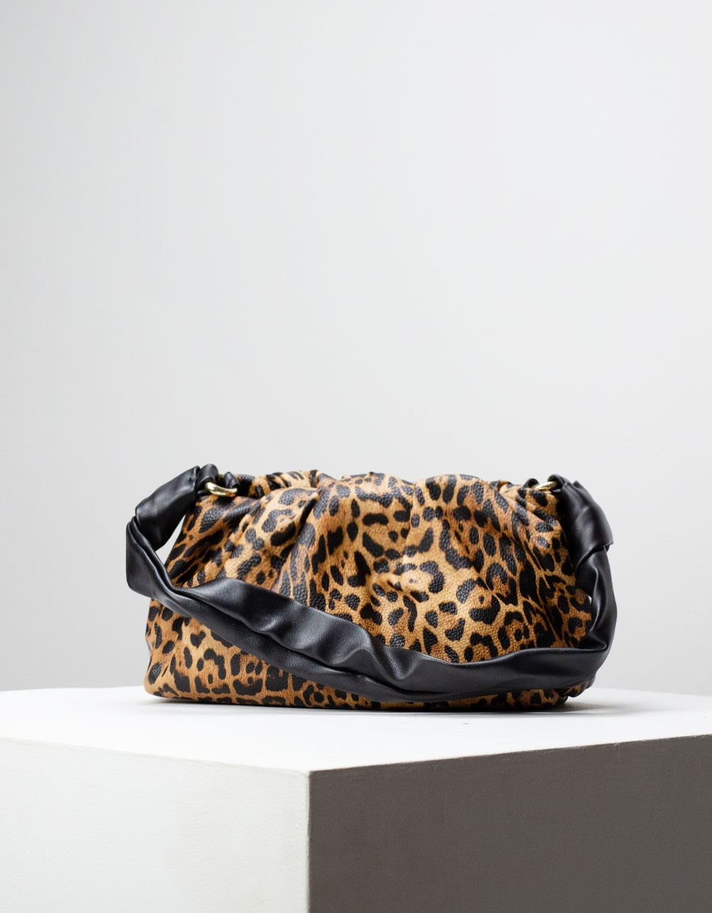Εικόνα από Γυναικεία τσάντα ώμου & χιαστί με σούρες Λεοπάρ