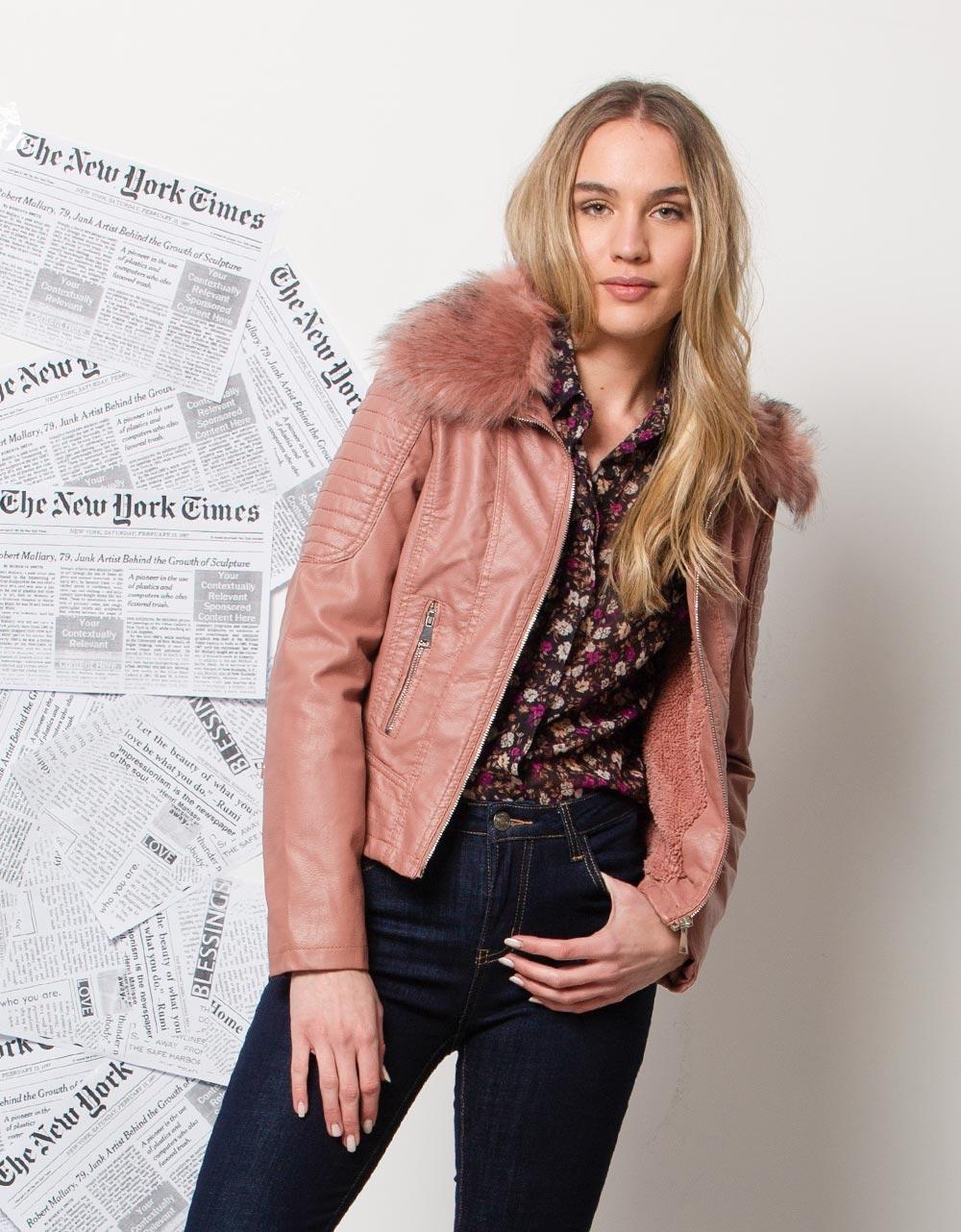Εικόνα από Γυναικεία μπουφάν με αποσπώμενο γουνάκι Ροζ