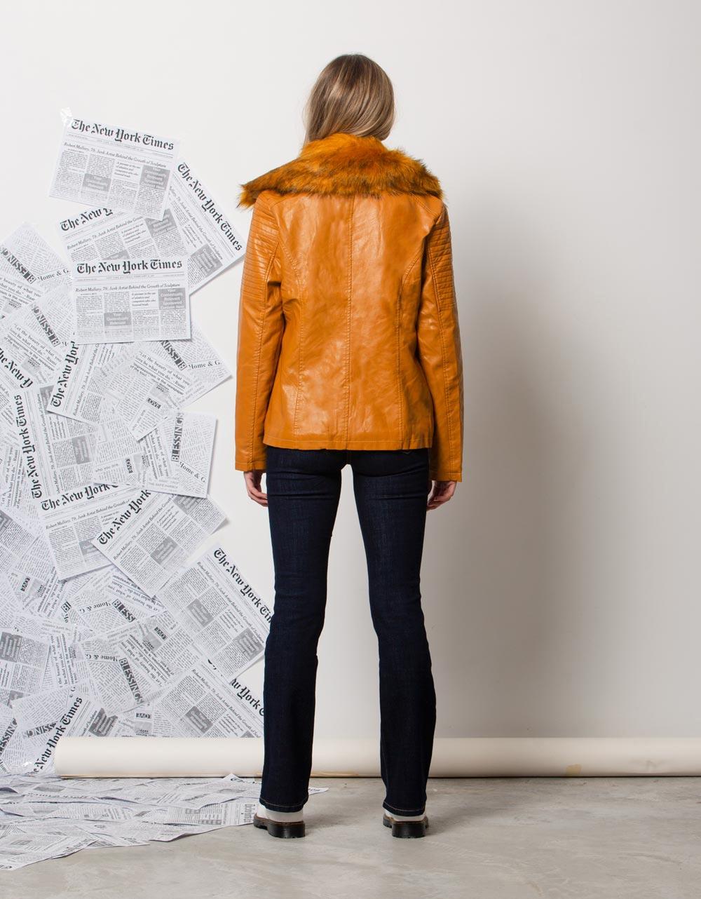 Εικόνα από Γυναικεία μπουφάν με αποσπώμενο γουνάκι Κάμελ
