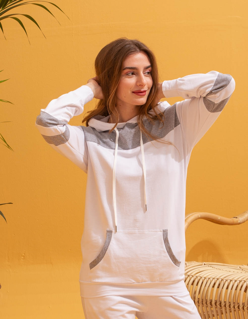 Εικόνα από  Γυναικεία σετ ρούχων παντελόνι & μπλουζάκι με δίχρωμη λεπτομέρεια Γκρι