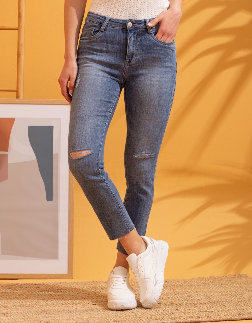 Εικόνα από Γυναικείο παντελόνι σε ίσια γραμμή με σκίσιμο Τζιν